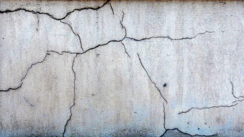 Φωτογραφία κινηματογραφήσεων σε πρώτο πλάνο Το τεμάχιο του τοίχου τεκτονικών ράγισε το διακοσμητικό ασβεστοκονίαμα στοκ φωτογραφία με δικαίωμα ελεύθερης χρήσης