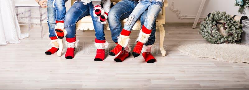 Φωτογραφία κινηματογραφήσεων σε πρώτο πλάνο των οικογενειακών ποδιών στις κάλτσες μαλλιού στοκ φωτογραφία