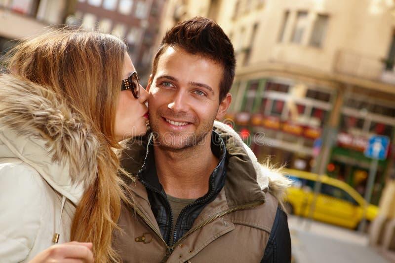Φωτογραφία κινηματογραφήσεων σε πρώτο πλάνο του φιλήματος του ζεύγους στοκ εικόνα με δικαίωμα ελεύθερης χρήσης