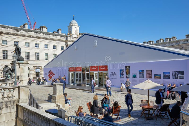 Φωτογραφία Λονδίνο, έκθεση τέχνης φωτογραφίας στο σπίτι Somerset με τους επισκέπτες σε μια ηλιόλουστη ημέρα στο Λονδίνο, Αγγλία στοκ εικόνες