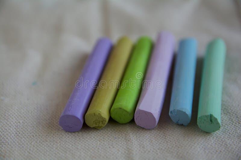 Φωτογραφία με μια ομάδα ραβδιών των μπλε, πράσινων, ιωδών καλλιτεχνικών κρητιδογραφιών Κατάλληλος για το υπόβαθρο απεικόνιση αποθεμάτων