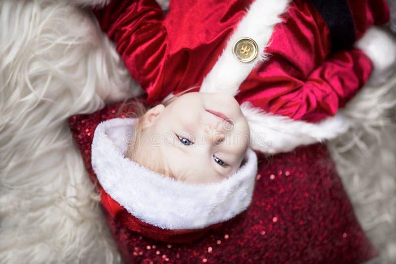 φωτογραφία μητέρων καπέλων Claus Χριστουγέννων μωρών που παίζει το santa του s που φορά μαζί στοκ φωτογραφία με δικαίωμα ελεύθερης χρήσης