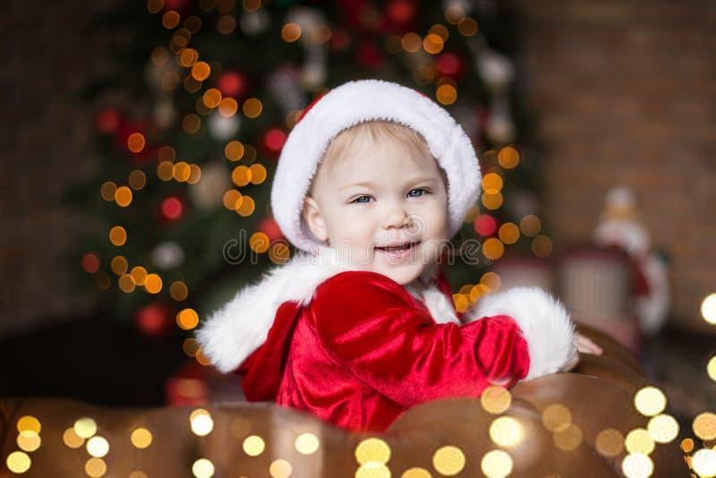φωτογραφία μητέρων καπέλων Claus Χριστουγέννων μωρών που παίζει το santa του s που φορά μαζί στοκ φωτογραφίες με δικαίωμα ελεύθερης χρήσης