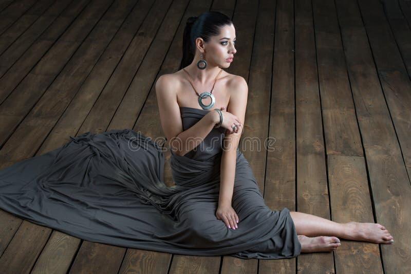 Φωτογραφία μόδας της προκλητικής ινδικής γυναίκας με τη σκοτεινή τρίχα και φωτεινό mak στοκ φωτογραφία