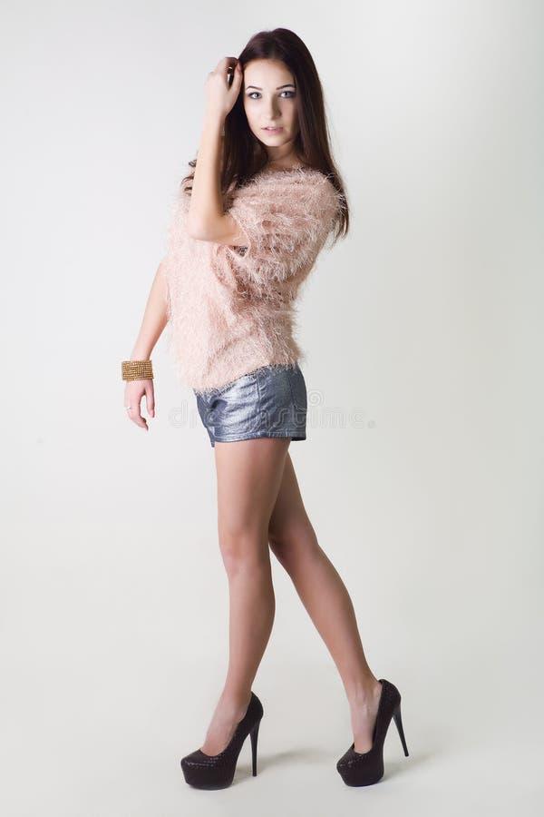 Φωτογραφία μόδας της νέας θαυμάσιας γυναίκας με το ιδανικό δέρμα κορίτσι ανασκόπησης που θέτει το ύδωρ Φωτογραφία στούντιο στοκ φωτογραφίες