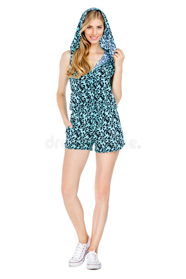 Φωτογραφία μόδας της νέας θαυμάσιας γυναίκας που φορά τα μοντέρνα θερινά ενδύματα στοκ εικόνα με δικαίωμα ελεύθερης χρήσης