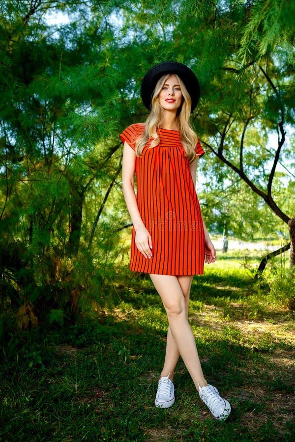 Φωτογραφία μόδας της νέας θαυμάσιας γυναίκας που φορά τα μοντέρνα θερινά ενδύματα στοκ φωτογραφίες με δικαίωμα ελεύθερης χρήσης