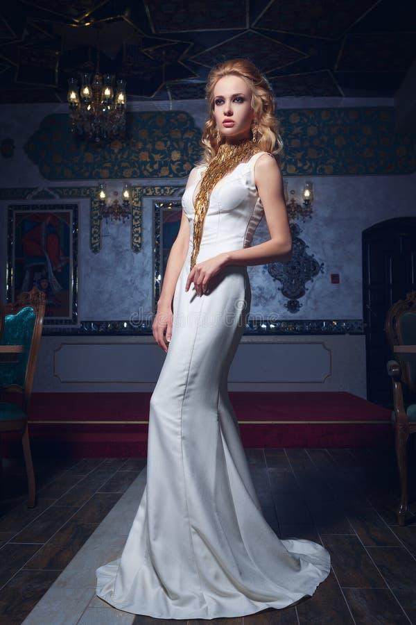 Φωτογραφία μόδας της νέας θαυμάσιας γυναίκας στο άσπρο φόρεμα στοκ εικόνα