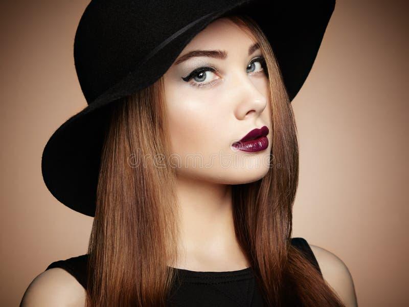 Φωτογραφία μόδας της νέας θαυμάσιας γυναίκας στο καπέλο κορίτσι ανασκόπησης που θέτει το ύδωρ στοκ φωτογραφίες με δικαίωμα ελεύθερης χρήσης