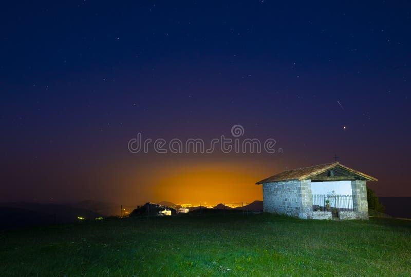 Φωτογραφία νύχτας με ένα αρχαίο ερημητήριο τοποθετημένο τοποθετημένος στην οροσειρά de aralar στοκ φωτογραφία με δικαίωμα ελεύθερης χρήσης
