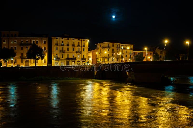 Φωτογραφία νύχτας της Βερόνα στοκ εικόνα