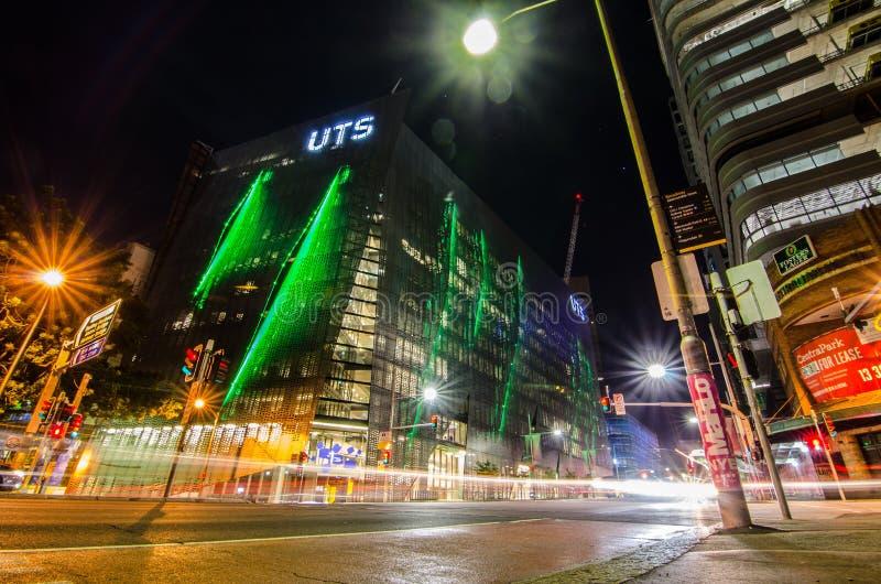 Φωτογραφία νύχτας της οικοδόμησης σύγχρονου σχεδίου του Τεχνολογικού Πανεπιστημίου Σίδνεϊ UTS στοκ φωτογραφία