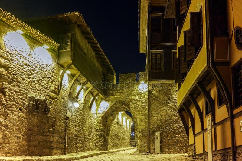 Φωτογραφία νύχτας του παλαιού σπιτιού και αρχαία είσοδος φρουρίων της παλαιάς κωμόπολης της πόλης Plovdiv, Βουλγαρία στοκ φωτογραφίες