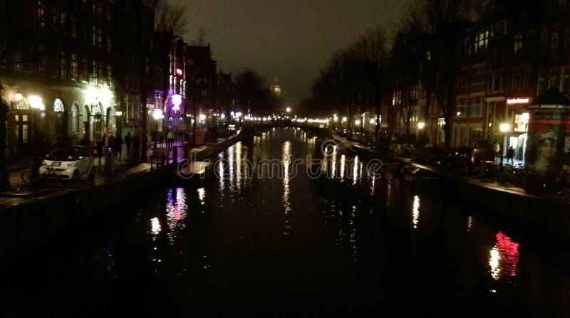 Φωτογραφία νύχτας του ποταμού στο Άμστερνταμ, Κάτω Χώρες στοκ φωτογραφία με δικαίωμα ελεύθερης χρήσης