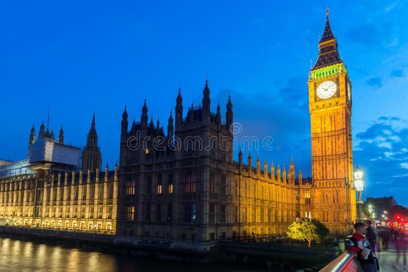 Φωτογραφία νύχτας των σπιτιών του Κοινοβουλίου με Big Ben από τη γέφυρα του Γουέστμινστερ, Λονδίνο, Αγγλία, μεγάλο Β στοκ εικόνα με δικαίωμα ελεύθερης χρήσης
