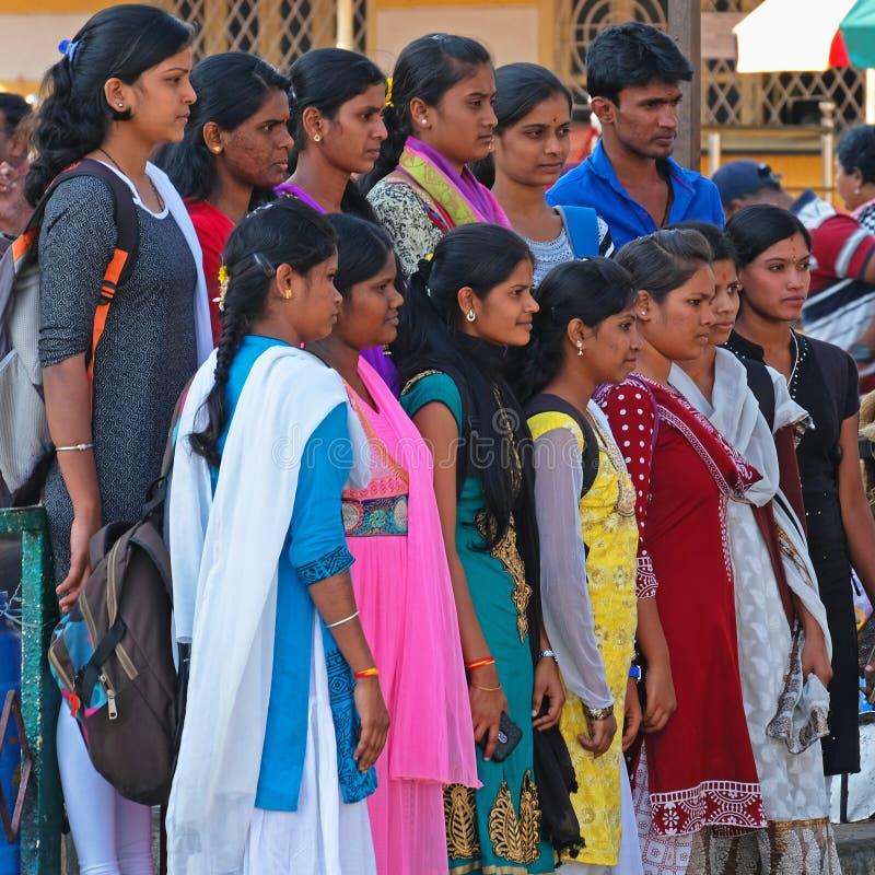 Φωτογραφία ομάδας έξω από έναν ινδό ναό στοκ εικόνα