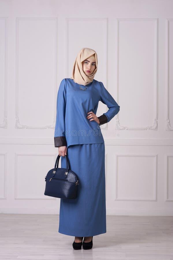 Φωτογραφία ολόκληρη μιας όμορφης νέας γυναίκας σε έναν σύγχρονο μουσουλμανικό ιματισμό στοκ φωτογραφίες
