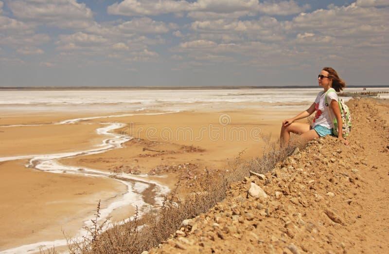 Φωτογραφία που λαμβάνεται το καλοκαίρι Κορίτσι με μια συνεδρίαση σακιδίων πλάτης σε ένα mountai στοκ φωτογραφία με δικαίωμα ελεύθερης χρήσης