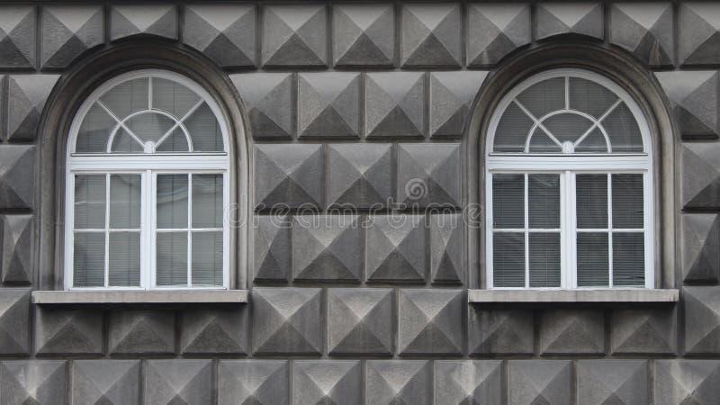 Φωτογραφία προσόψεων Minimalistic που περιέχει δύο παράθυρα στοκ εικόνα