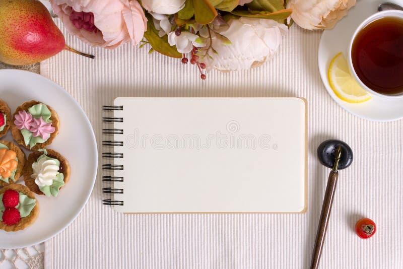 Φωτογραφία προτύπων με τα λουλούδια, το σημειωματάριο και τη μάνδρα στοκ φωτογραφία με δικαίωμα ελεύθερης χρήσης