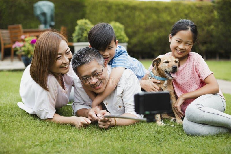 Φωτογραφία ραβδιών οικογενειακού Selfie στον κήπο στοκ εικόνες