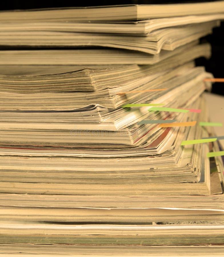 Φωτογραφία σέπια-ύφους του σωρού των παλαιών περιοδικών με τους σελιδοδείκτες στοκ εικόνα με δικαίωμα ελεύθερης χρήσης