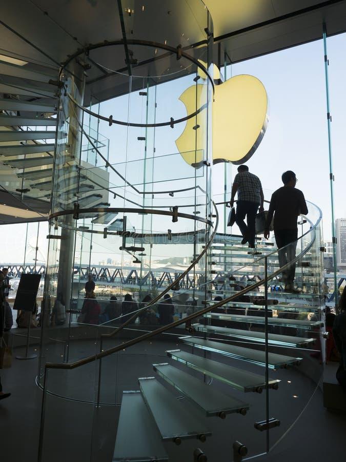 Φωτογραφία σκιαγραφιών των πελατών στον κλάδο λεωφόρων της Apple Store IFC στο Χονγκ Κονγκ στοκ εικόνα με δικαίωμα ελεύθερης χρήσης