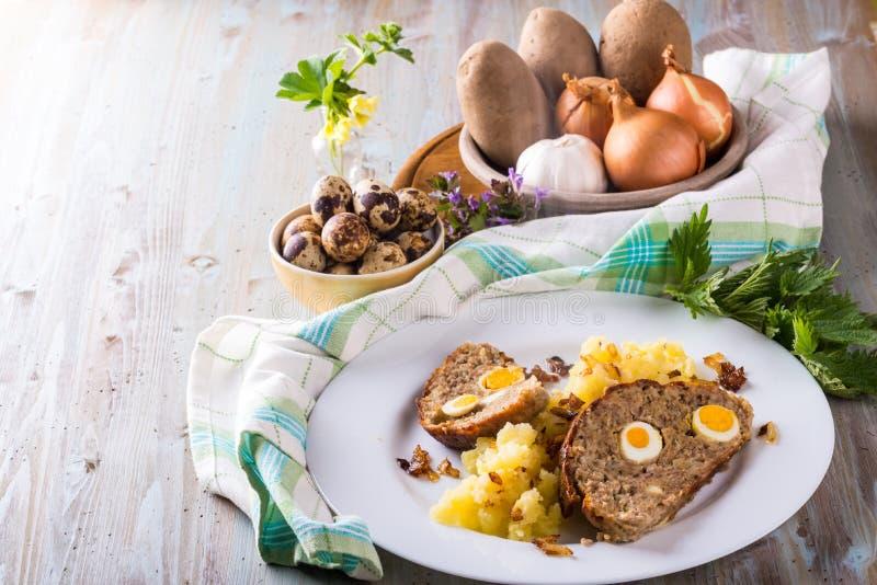 Φωτογραφία σπιτικό meatloaf με τα μικρά αυγά ορτυκιών και άλλα συστατικά στοκ φωτογραφίες με δικαίωμα ελεύθερης χρήσης