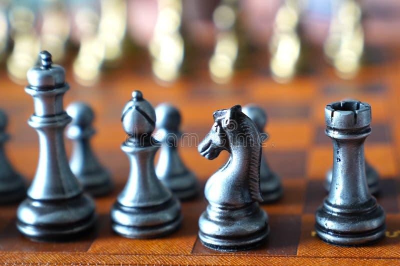 Φωτογραφία στην εκλεκτική εστίαση ενός πίνακα σκακιού και των κομματιών σκακιού μετάλλων στοκ φωτογραφία με δικαίωμα ελεύθερης χρήσης
