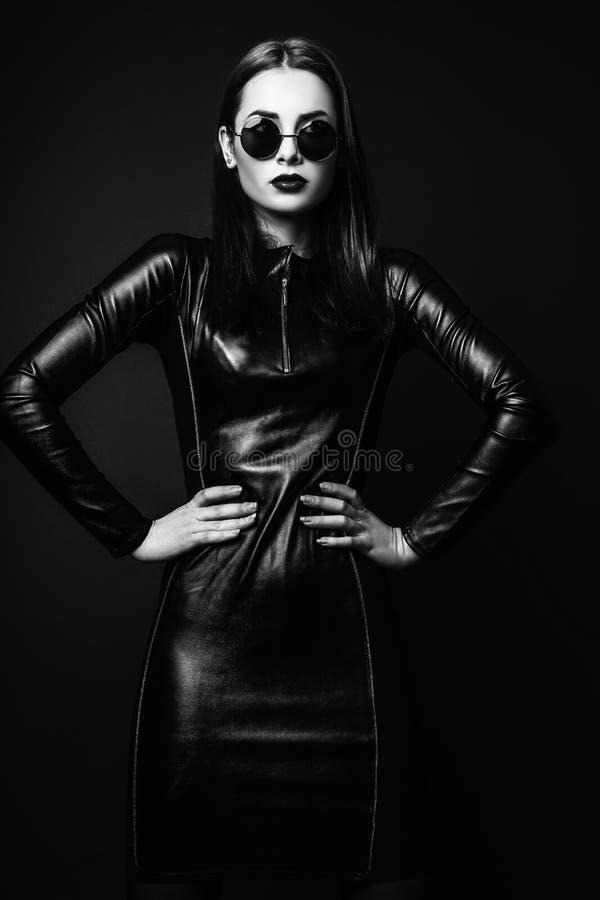 Φωτογραφία στούντιο της νέας γυναίκας στο μαύρο υπόβαθρο Ο Μαύρος και μόριο στοκ εικόνες με δικαίωμα ελεύθερης χρήσης