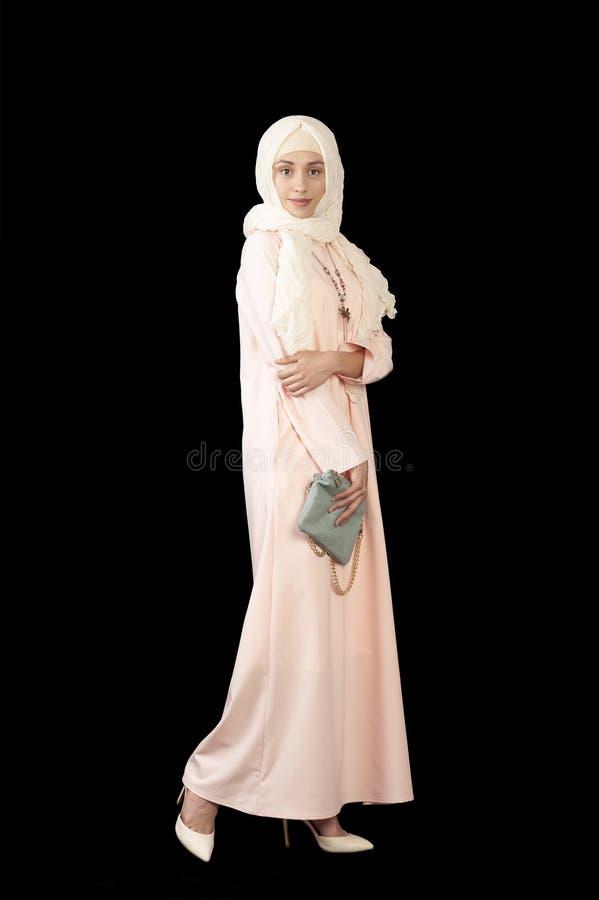 Φωτογραφία στούντιο του κοριτσιού της Μεσο-Ανατολικής εμφάνισης στο φωτεινό, κλειστό, σύγχρονο μουσουλμανικό φόρεμα, υψηλά τακούν στοκ φωτογραφίες με δικαίωμα ελεύθερης χρήσης