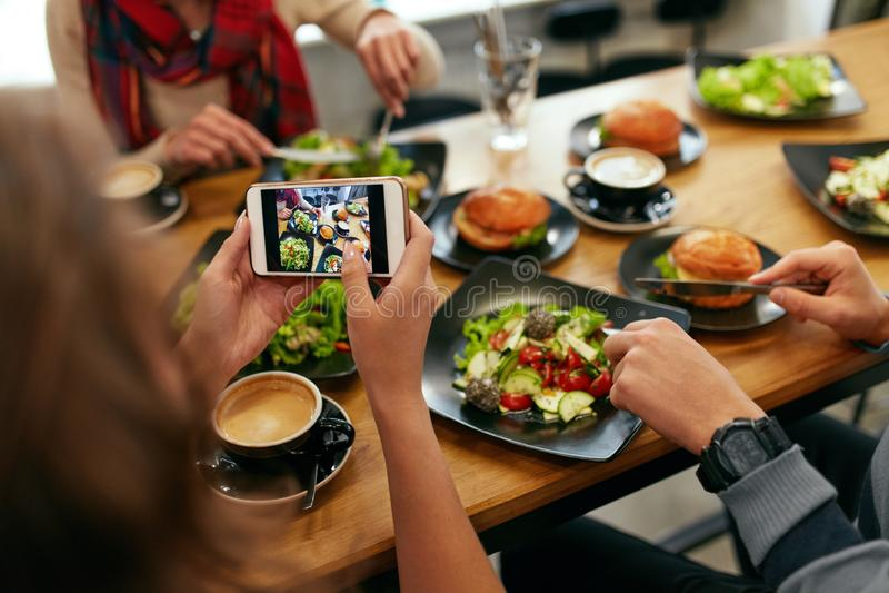 Φωτογραφία στο τηλέφωνο Χέρια γυναικών κινηματογραφήσεων σε πρώτο πλάνο που φωτογραφίζουν τα τρόφιμα στοκ φωτογραφίες