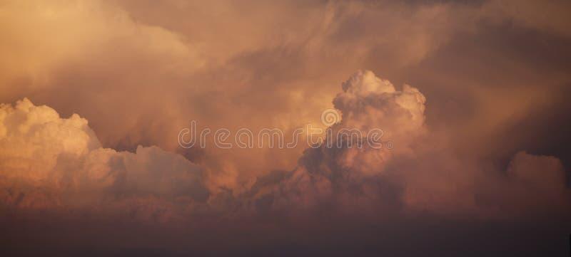 Φωτογραφία συννεφιαίου κατά τη διάρκεια του σούρουπο στοκ φωτογραφία με δικαίωμα ελεύθερης χρήσης