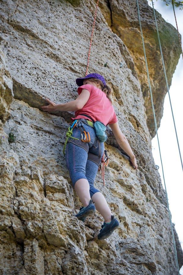 Φωτογραφία της αθλήτριας που αναρριχείται στο βουνό στοκ εικόνες με δικαίωμα ελεύθερης χρήσης