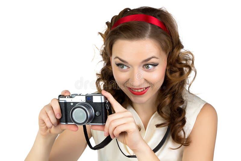 Φωτογραφία της ευτυχούς γυναίκας με την αναδρομική κάμερα στοκ φωτογραφίες