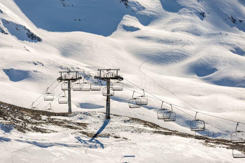 Φωτογραφία της κοπής τελεφερίκ μεταξύ των χιονωδών λόφων στοκ εικόνα με δικαίωμα ελεύθερης χρήσης