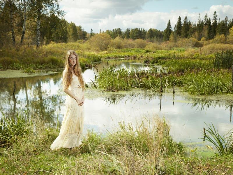 Φωτογραφία της ρομαντικής γυναίκας στο δάσος νεράιδων στοκ φωτογραφία με δικαίωμα ελεύθερης χρήσης