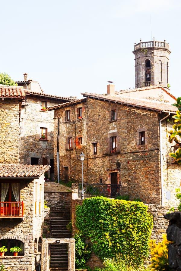 Φωτογραφία της στενής οδού του παλαιού καταλανικού χωριού στοκ φωτογραφία με δικαίωμα ελεύθερης χρήσης