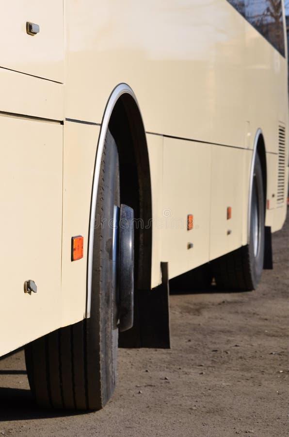 Φωτογραφία της φλούδας ενός μεγάλου και μακριού κίτρινου λεωφορείου Μπροστινή άποψη κινηματογραφήσεων σε πρώτο πλάνο ενός οχήματο στοκ εικόνες
