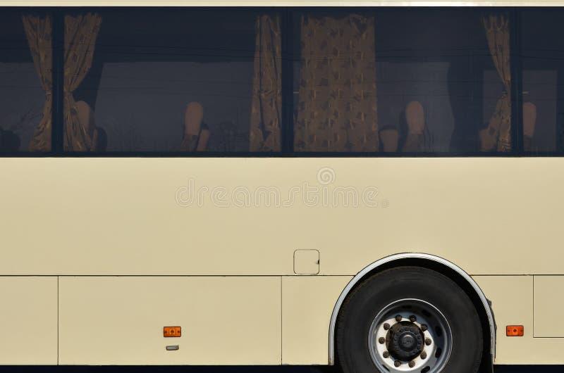 Φωτογραφία της φλούδας ενός μεγάλου και μακριού κίτρινου λεωφορείου με ελεύθερου χώρου για τη διαφήμιση Πλάγια όψη κινηματογραφήσ στοκ φωτογραφίες