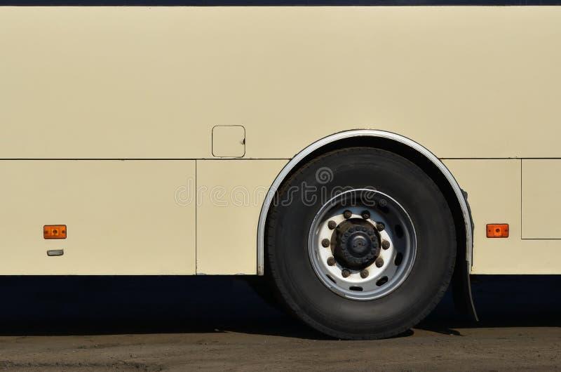 Φωτογραφία της φλούδας ενός μεγάλου και μακριού κίτρινου λεωφορείου με ελεύθερου χώρου για τη διαφήμιση Πλάγια όψη κινηματογραφήσ στοκ φωτογραφία