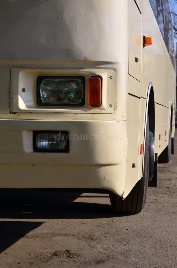 Φωτογραφία της φλούδας ενός μεγάλου και μακριού κίτρινου λεωφορείου Μπροστινή άποψη κινηματογραφήσεων σε πρώτο πλάνο ενός οχήματο στοκ φωτογραφία