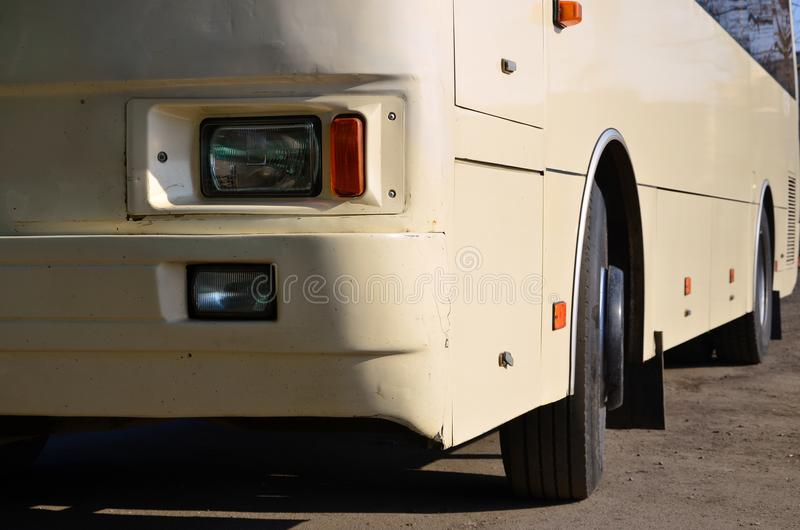 Φωτογραφία της φλούδας ενός μεγάλου και μακριού κίτρινου λεωφορείου Μπροστινή άποψη κινηματογραφήσεων σε πρώτο πλάνο ενός οχήματο στοκ εικόνα