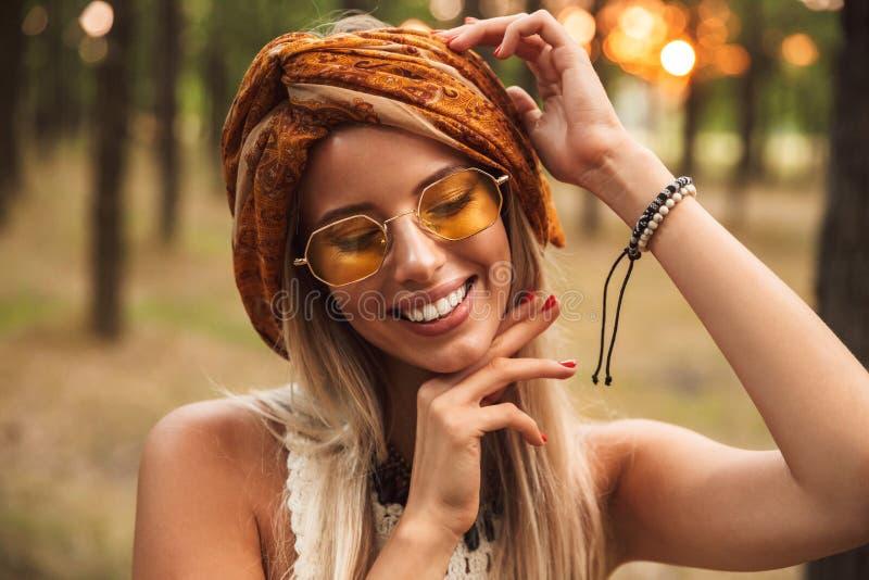Φωτογραφία της χαρούμενης γυναίκας χίπηδων, που φορά το μοντέρνο smilin εξαρτημάτων στοκ εικόνες