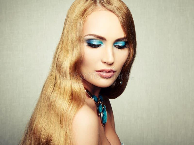Φωτογραφία της όμορφης γυναίκας με τη θαυμάσια τρίχα. Τέλειο makeup στοκ εικόνες με δικαίωμα ελεύθερης χρήσης