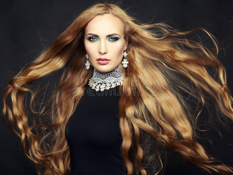 Φωτογραφία της όμορφης γυναίκας με τη θαυμάσια τρίχα. Τέλειο makeup στοκ φωτογραφία με δικαίωμα ελεύθερης χρήσης