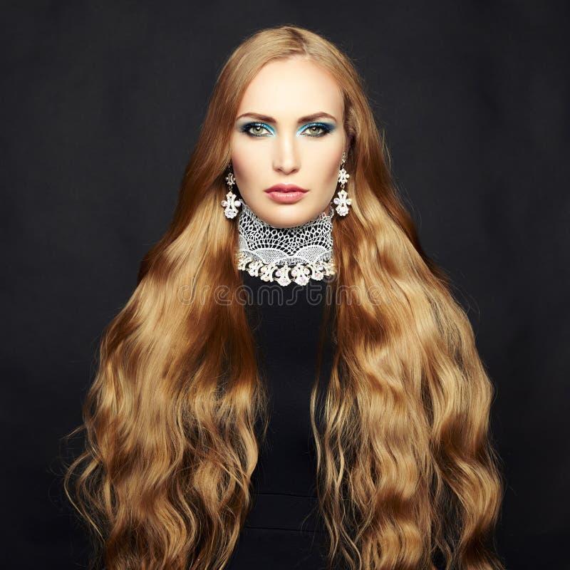Φωτογραφία της όμορφης γυναίκας με τη θαυμάσια τρίχα. Τέλειο makeup στοκ φωτογραφίες με δικαίωμα ελεύθερης χρήσης