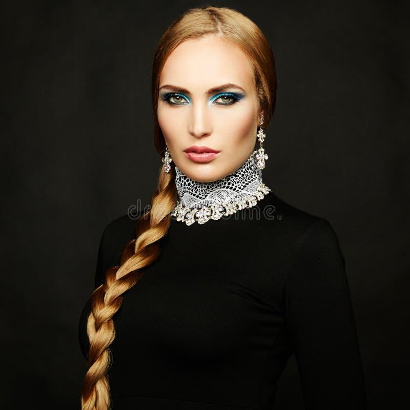 Φωτογραφία της όμορφης γυναίκας με τη θαυμάσια τρίχα. Τέλειο makeup στοκ φωτογραφία