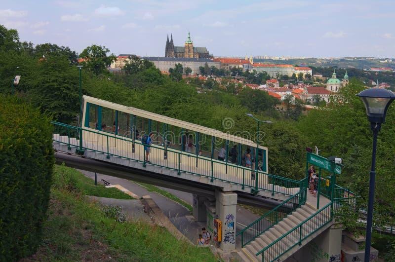 Φωτογραφία τοπίων του Κάστρου της Πράγας με την άποψη καθεδρικών ναών Αγίου Vitus από τον τελεφερίκ σταθμό τραμ Hill Petrin μέχρι στοκ εικόνα με δικαίωμα ελεύθερης χρήσης