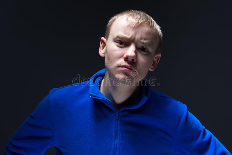 Φωτογραφία του επιθετικού νεαρού άνδρα στοκ φωτογραφίες